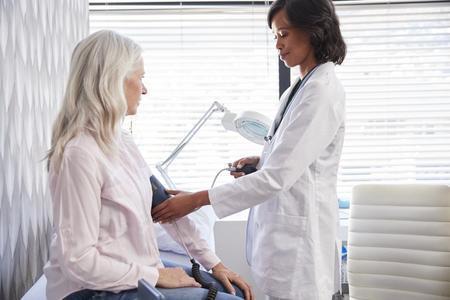 Patiente ayant la pression artérielle prise par Female Doctor In Office