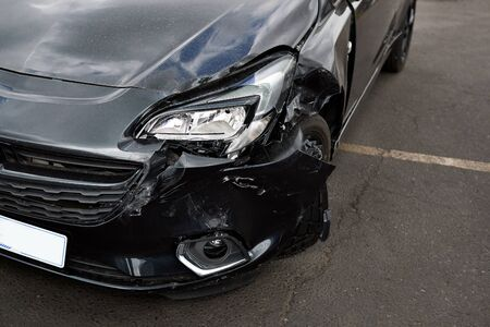 Detail Of Damage To Headlight Of Vehicle In Car Park Stockfoto
