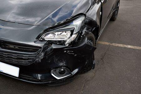 Szczegóły uszkodzenia reflektora pojazdu na parkingu