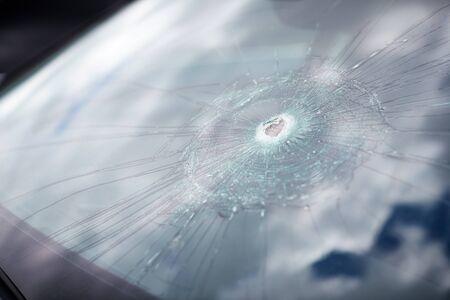 Détail des dommages au pare-brise de la voiture brisée par le vandalisme Banque d'images
