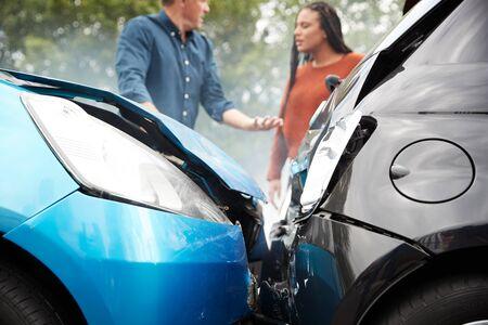 Deux automobilistes en colère se disputent la responsabilité d'un accident de voiture