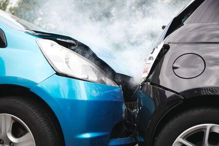 Zbliżenie dwóch samochodów uszkodzonych w wypadku drogowym