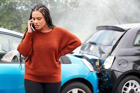 Automobiliste féminin impliqué dans un accident de voiture appelant une compagnie d'assurance ou un service de récupération