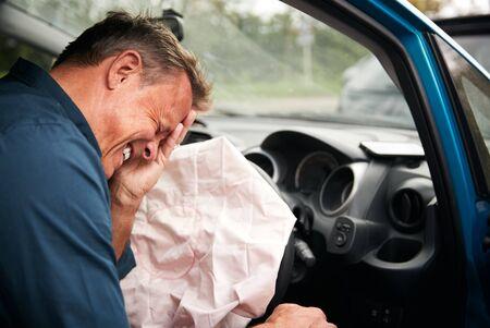 Männlicher Autofahrer bei Autounfall mit ausgelöstem Airbag verletzt