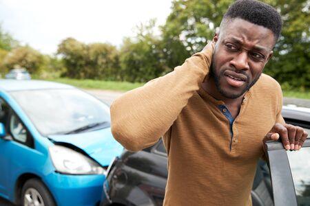 Automobiliste de sexe masculin avec blessure au coup du lapin dans un accident de voiture en sortant du véhicule