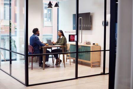 Geschäftsfrau interviewt männlichen Bewerber im Besprechungsraum