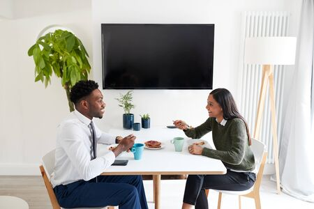 Business Couple At Home Eating Breakfast Before Leaving For Work Zdjęcie Seryjne