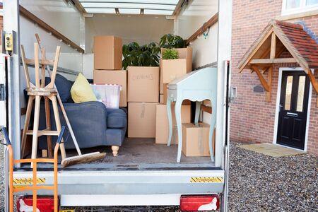 Camion de déménagement en attente de déchargement à l'extérieur de la nouvelle maison le jour du déménagement