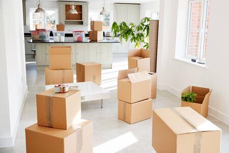 Boîtes de retrait empilées dans une salle vide le jour du déménagement Banque d'images