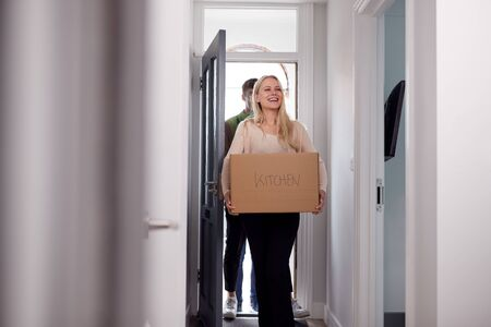 College Student Couple Carrying Boxes Moving Into Accommodation Together Reklamní fotografie