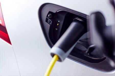 Cerca del cable de alimentación de carga de coche eléctrico de emisión cero respetuoso con el medio ambiente en el garaje Foto de archivo
