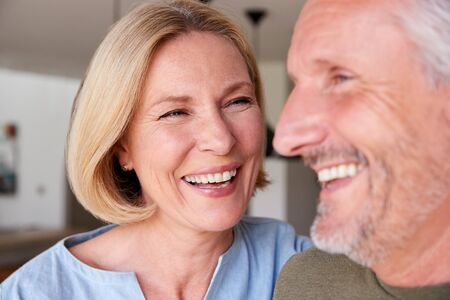 Close up sorridente coppia senior in piedi a casa in cucina insieme