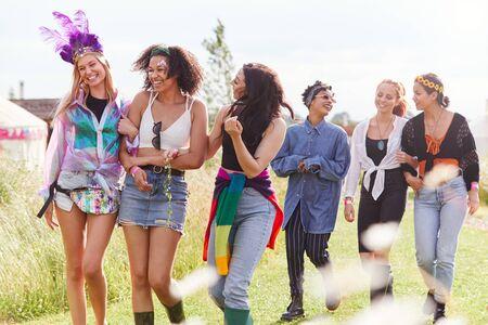 Amies marchant vers la tente après le festival de musique en plein air