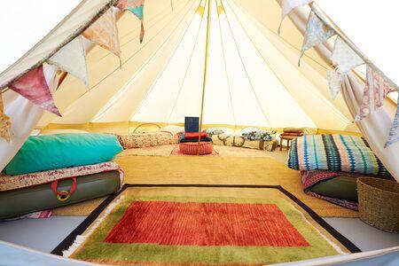 Vista interior de la tienda tipi montada en Glamping Camping con ningún pueblo Foto de archivo