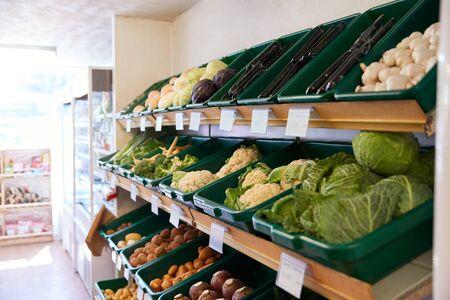 Weergave van verse groenten in biologische boerderijwinkel
