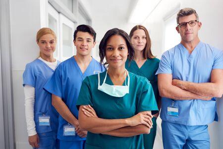 Portrait de l'équipe médicale multiculturelle debout dans le couloir de l'hôpital