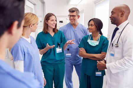 Multi-Cultural Medical Team Having Meeting In Hospital Corridor Foto de archivo