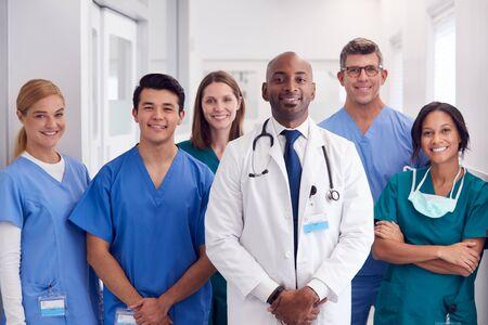 Portrait Of Multi-Cultural Medical Team Standing In Hospital Corridor Foto de archivo