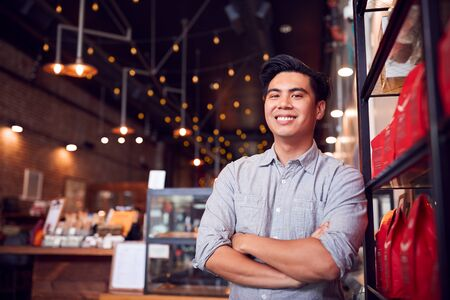 Portrait Of Male Coffee Shop Owner Standing By Counter Standard-Bild