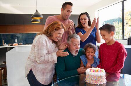 Multi-Generation Hispanic Family Celebrating Granddaughters Birthday At Home Together Standard-Bild