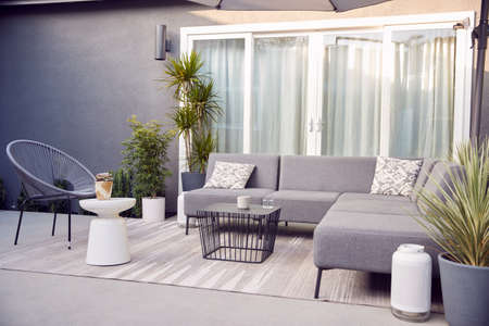 Outdoor Seating And Garden Furniture On Patio Of Contemporary Home Standard-Bild
