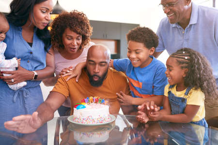 Multi-Generation African American Family Celebrating Fathers Birthday At Home Together Standard-Bild