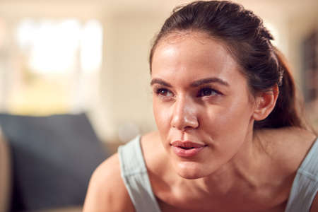 Close Up Of Woman In Fitness Clothing At Home In Lounge Doing Press Ups Standard-Bild
