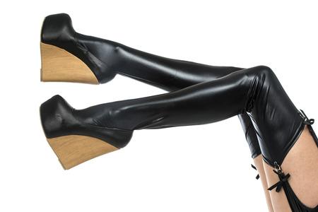 c75634d19c  31096767 - Las piernas de una mujer en ropa fetiche de látex  medias y  zapatos de tacones altos con suela de cuña extrem.