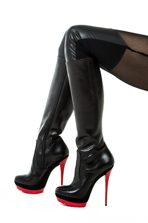 32dcbb2ec3  33297058 - Piernas femeninas en un mallas wetlook y botas fetiche negro  rojo con tacones altos.