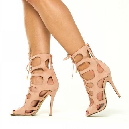 nudo integrale: Belle gambe femminili in tacchi alti stivaletti con il cinturino. Le scarpe sono con piccolo plateau, punta aperta, cinturini alla caviglia e in colore nudo. Immagine XXL