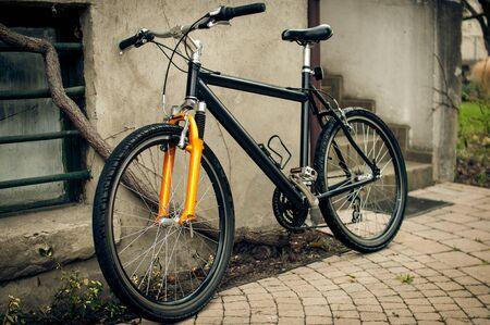 Rower oparty o ścianę