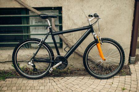 Bicycle leaning against the wall Zdjęcie Seryjne - 34274047