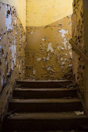古い無視される建物の古いグランジ階段