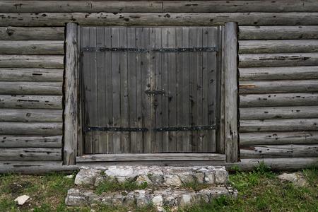 Hölzernes Tor der alten befestigten Siedlung am Kalksteinberg in Polen, hölzernes altes Tor