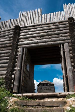 Tor der alten befestigten Siedlung am Kalksteinberg in Polen, hölzernes altes Tor