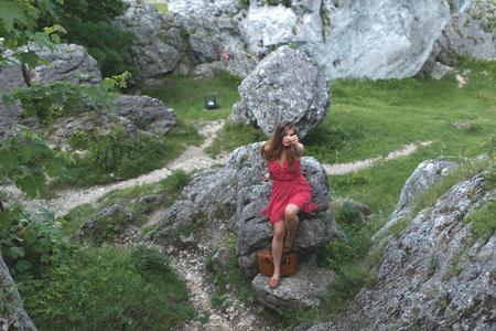 Brunette Mädchen in roten Kleid Standort der Kalkstein, Ogrodzieniec Schloss Polen