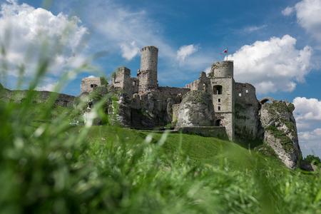 Fotografie von Ogrodzieniec Burg Ruinen an sonnigen Sommertag, Polen Mai 2017 Ogrodzieniec Stadt.