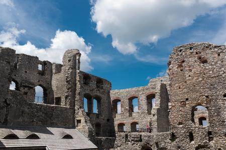 Fotografie von Ruinen Ogrodzieniec Schloss am sonnigen Sommertag. Polen Mai 2017 Ogrodzieniec Stadt in der Ferne. Hof Lizenzfreie Bilder