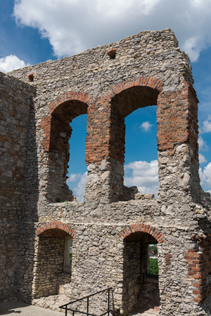 Fotografie von Ruinen Ogrodzieniec Schloss am sonnigen Sommertag. Polen