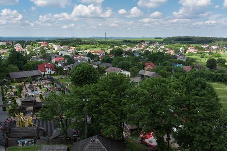 Panorama-Fotografie der Ogrodzieniec Stadt von Schloss Ogrodzieniec Turm am sonnigen Sommertag, Polen Mai 2017.