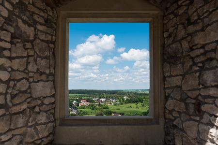 Panorama-Fotografie der Ogrodzieniec Stadt aus Schloss Ogrodzieniec Fenster an sonnigen Sommertag, Polen Mai 2017.
