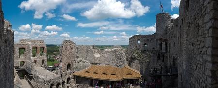Panorama-Fotografie der Ogrodzieniec Burg Ruinen aus dem Turm am sonnigen Sommertag, Polen Mai 2017.