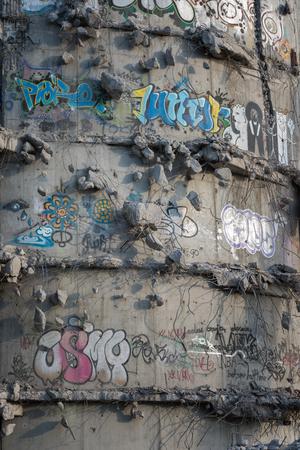 Ruinen von beschädigten alten Betongebäuden