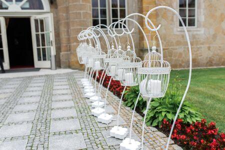 Hochzeitsgarten Kerzenständer stehen vor dem Gebäude