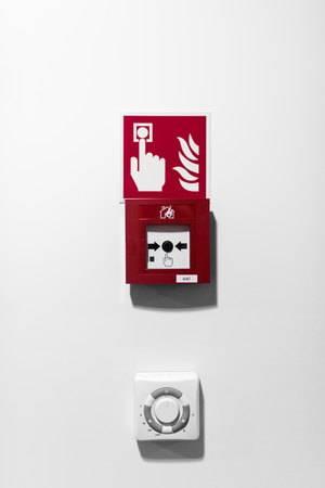 Red Fire Alarm-Taste auf weiße Wand
