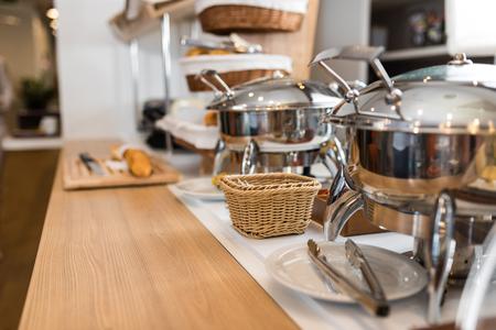 Frühstück im Hotel Catering Buffet, Holztisch und im Hintergrund versteckt