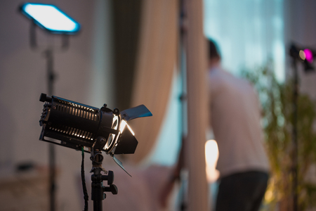 Professional cinema lamps with permanent light in the dark room. Standard-Bild