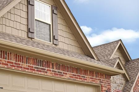 gouttière: Angle c�t� de la ligne de toit d'une maison avec gabelles Banque d'images