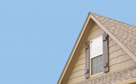 gürtelrose: Dachgiebel mit blauem Himmel