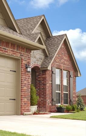 shingles: Vista frontal angular de una bonita casa con el cielo azul